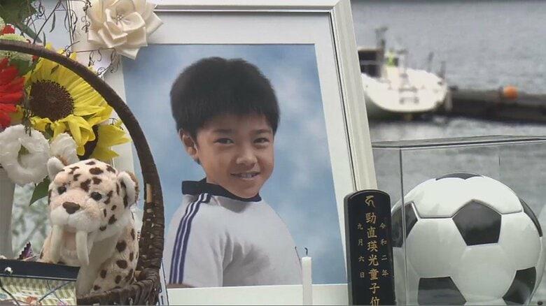 8歳死亡ボート事故で操縦の男逮捕 「毎日思い出すと地獄」両足失った母が明かす胸の内