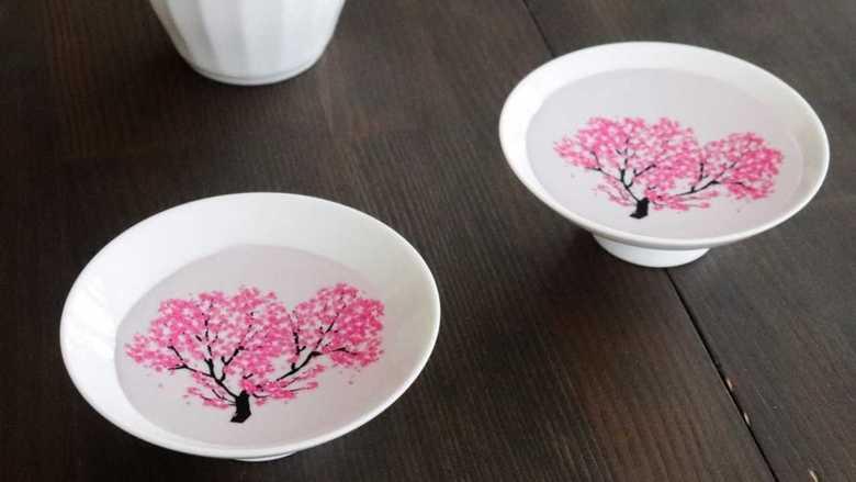 """冷酒を注ぐと「枯れ木に桜が咲く""""盃""""」がフシギ…自宅で楽しめるお花見の仕掛けを聞いてみた"""