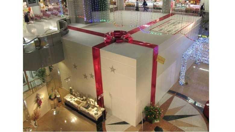 逆転の発想…工事現場が巨大クリスマスプレゼントに変身!制作者「あのリボンは手作りです」