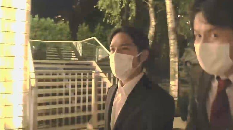 小室圭さん  ニューヨークの法律事務所へ 一時帰国前に にこやかに一礼する姿も
