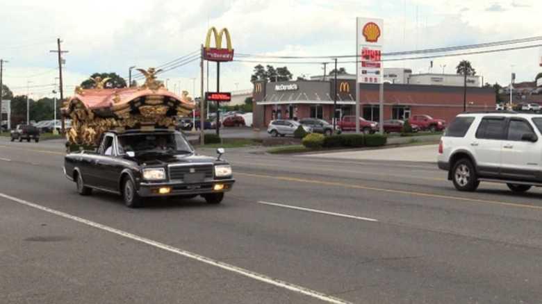 """「ビューティフル」""""霊柩車""""に魅せられたアメリカ人 悩みは「自動車関税」"""