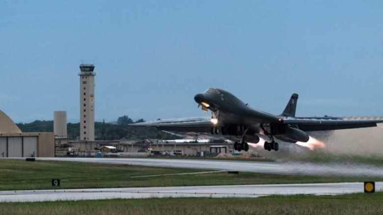 米空軍B-1B爆撃機が夜間の巡航ミサイル発射シミュレーション