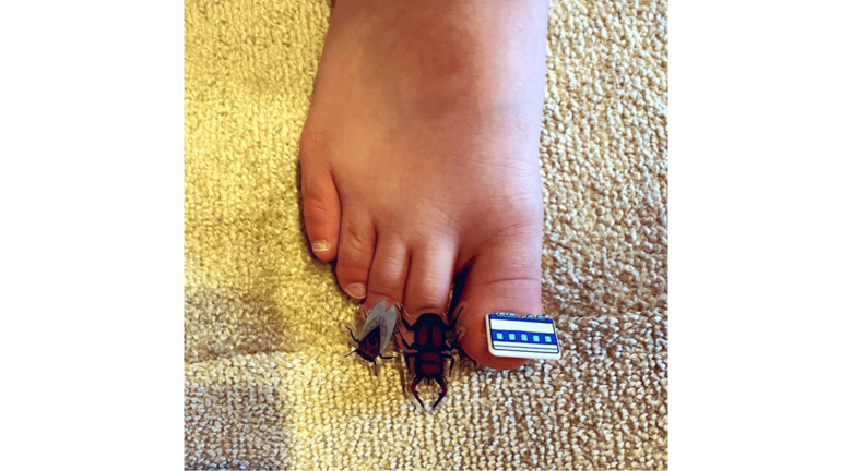 「お母さん見て!」虫のシールでママのネイルをまねっこ…4歳男児の発想がかわいい