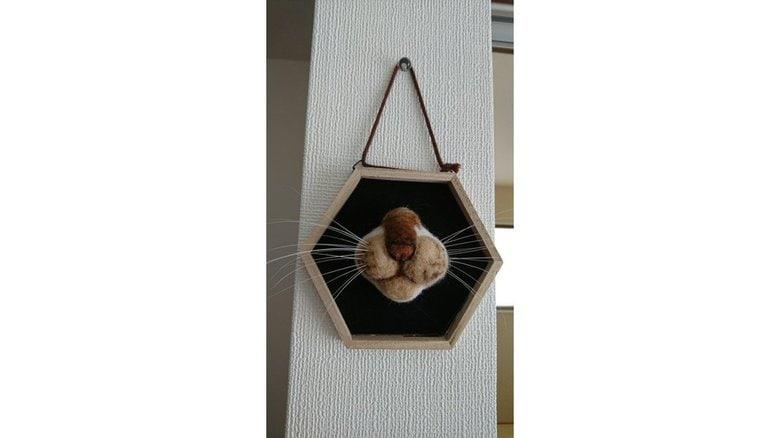 飼いネコの口元を羊毛フェルトで再現し「髭山」に…抜けたヒゲの飾り方がナイスアイデア