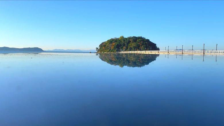 ウユニ塩湖のようなリフレクション写真が…まるで「浮いている島」が撮影できる「ガマニ塩湖」