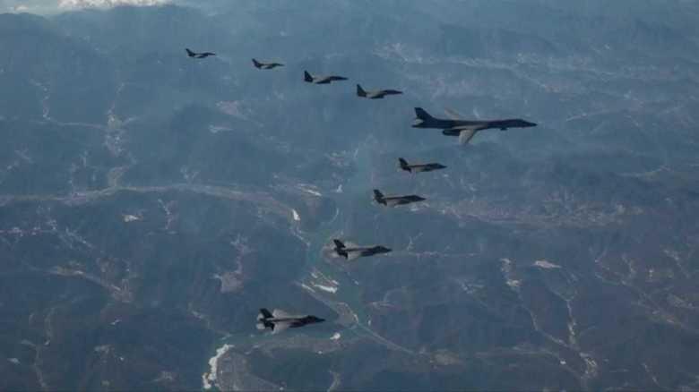 B-1B爆撃機が米韓演習参加、横田基地に向け負傷兵士移送訓練も