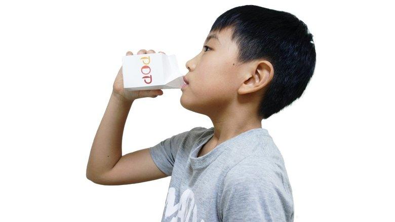 """新開発の給食の牛乳パックはストロー不要!「ストローレス」でペットボトル50万本分""""脱プラスチック""""へ"""
