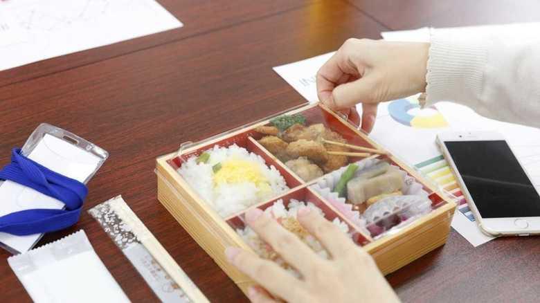 勤務中に弁当注文で神戸市職員が減給処分。「中抜け」はどこまで許されるのか?弁護士に聞いた