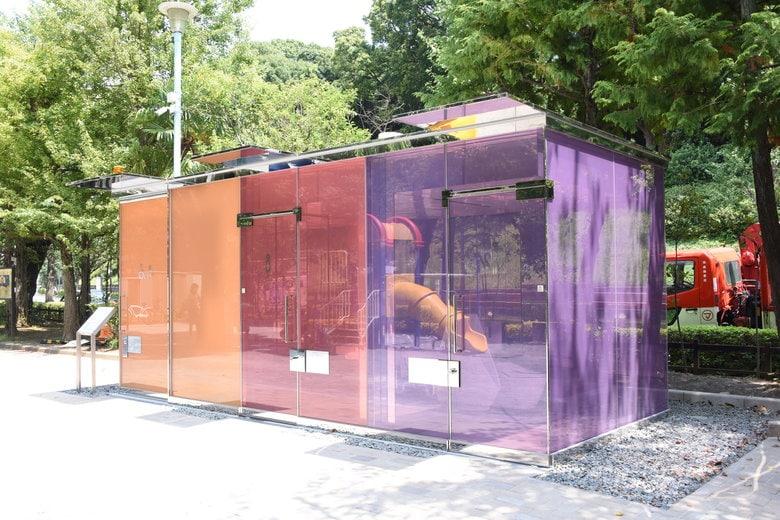 壁が透け透けの公衆トイレが渋谷に出現!? 鍵をかけると曇りガラスに…でも誤作動はないのか聞いた