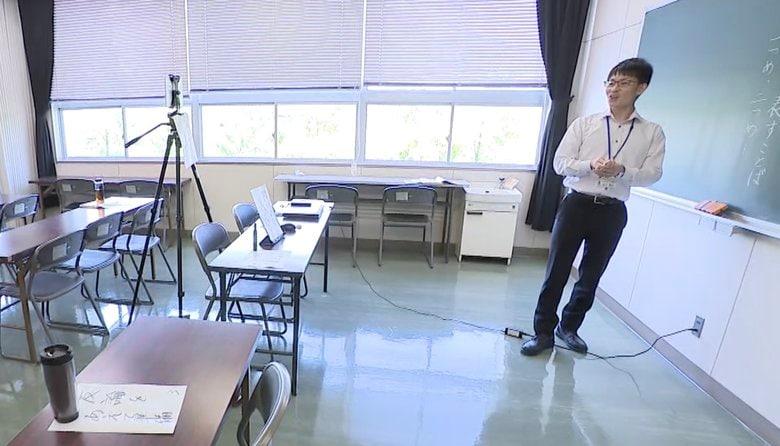 """水筒を生徒に見立ててカメラに授業。コロナ禍で大きく変わる""""学び""""の形"""