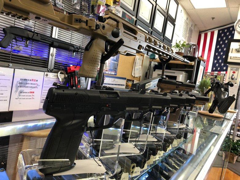銃はOK でも花はダメ? 非常事態のアメリカで営業が認められる「必要不可欠」の基準とは!?
