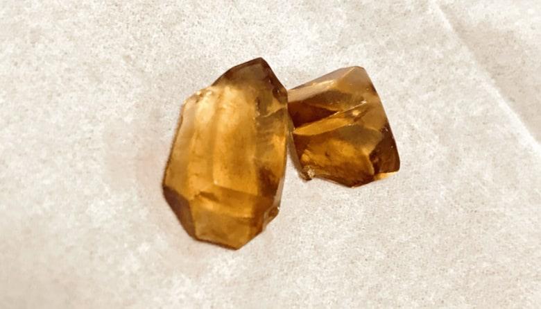 """台所の奥で見つかった琥珀色の""""宝石""""? 20年放置の「魚醤」からできた結晶がキレイ"""