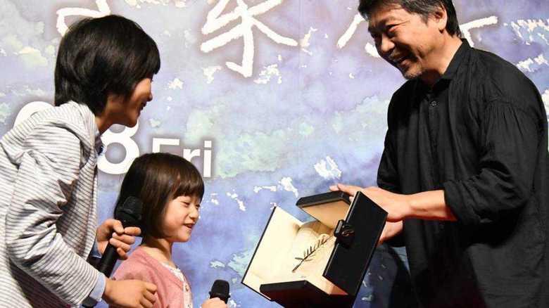 カンヌ映画祭最高賞トロフィー 「万引き家族」子役の2人興味津々