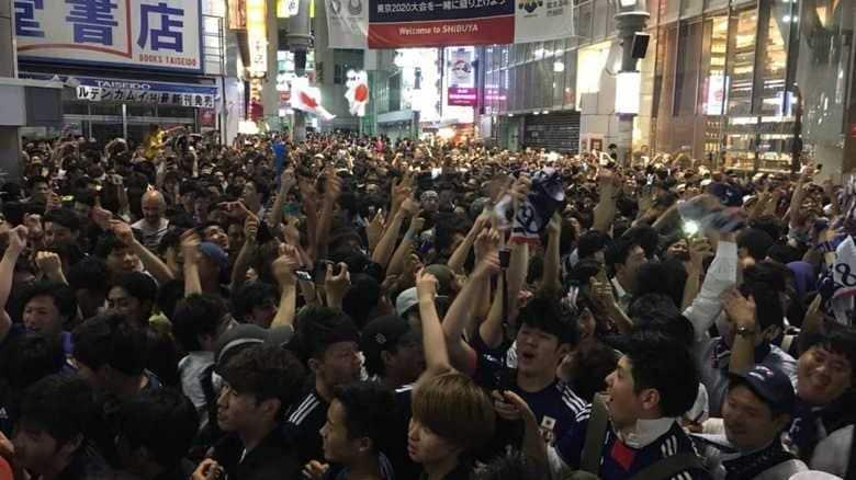 """ワールドカップ日本代表勝利! """"サポーターの聖地""""渋谷スクランブル交差点には、こんな落し物も…"""