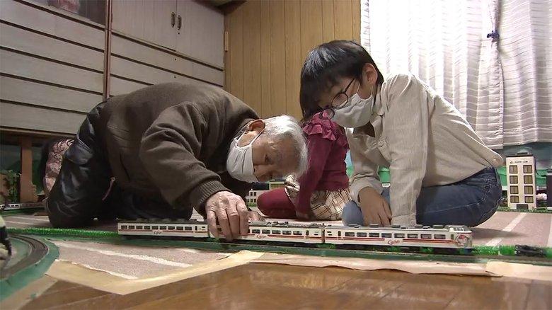 """7畳部屋に広がる鉄道模型…制作者の84歳男性と少年の""""鉄道への情熱"""""""