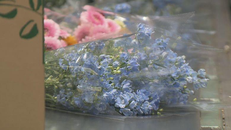 新型コロナに負けない!お花屋さんが子供たちに花をプレゼントして笑顔を咲かせる