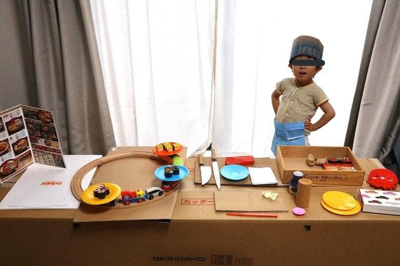 """「いらっしゃいませ」4歳息子のために作った""""回転寿司店セット""""は毎晩営業中!"""