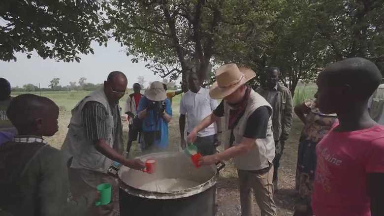 """大きな鍋から1日2回…""""日本の学校の日常""""が変えるアフリカ「貧困の連鎖」"""