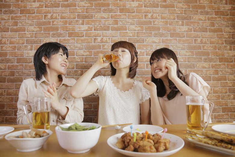 """「イッキ飲み」は""""時代遅れ""""の声多数…その一方で急性アルコール中毒搬送者数は増加のワケ"""