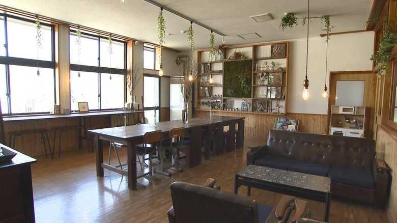 【発見!令和の新名所】音楽室に泊まり教員室でご飯を食べる…超懐かしい!廃校ゲストハウス