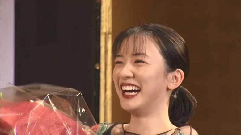 新人賞は半分「半分、青い。」 永野芽郁 シースルードレス褒められ「回って帰ります!」