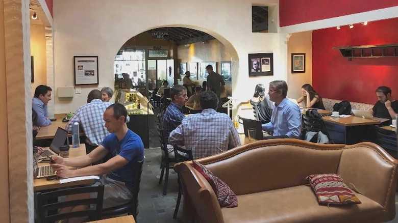 壁は黄、赤、青…グーグルが認めた日本人起業家のベンチャーカフェとは