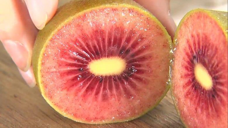 果肉が赤いキウイにハート型のイチゴ 食べてみたい新品種のフルーツ3選