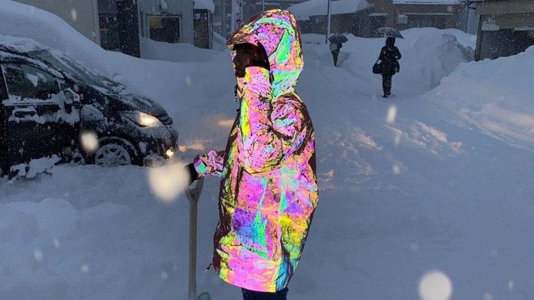 虹色に光る反射材「オーロラリフレクター」が不思議…夜道も安心なインパクトで話題!