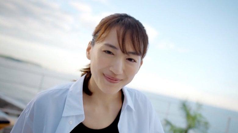 綾瀬はるか 変わらぬ美肌「なんか若い(笑)」新CMで10年前の自分をリメーク