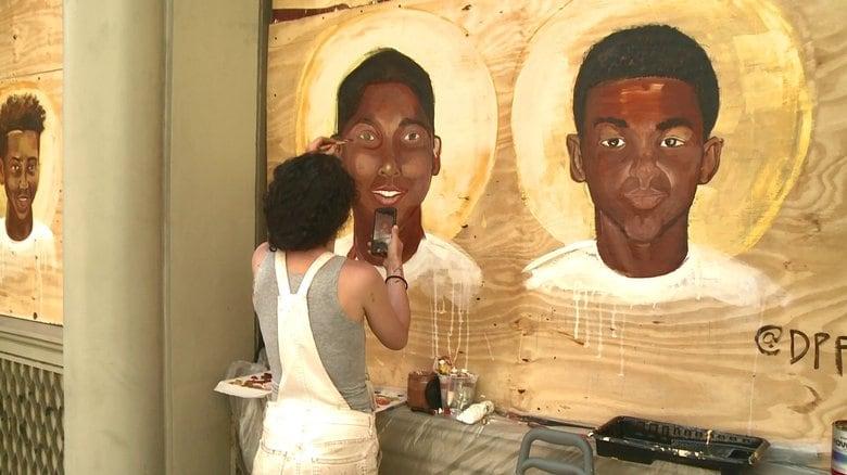 「背中にいきなり銃が・・・」街角に描かれた黒人少年の絵が語りかけること