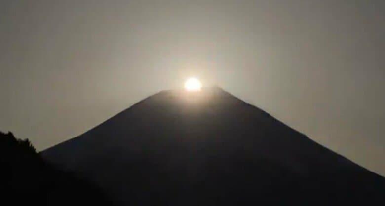 """年に数回の特別な満月""""パール富士""""が出現!雪に狼も…12カ月の「満月の名前」って?"""