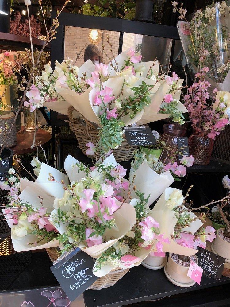 """「桜の枝」を購入して""""おうちで花見""""が増加…どんな人が買うのか? 生花店2社に話を聞いた"""