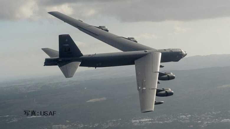 米朝首脳会談決裂の後、米空軍B-52H大型爆撃機が日本周回