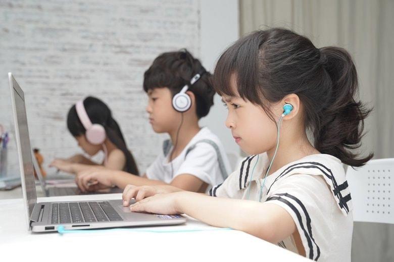 """来年4月小中学校でネットが一斉ダウンする? 3万校の""""1人1台端末""""にネット回線は耐えられるのか"""
