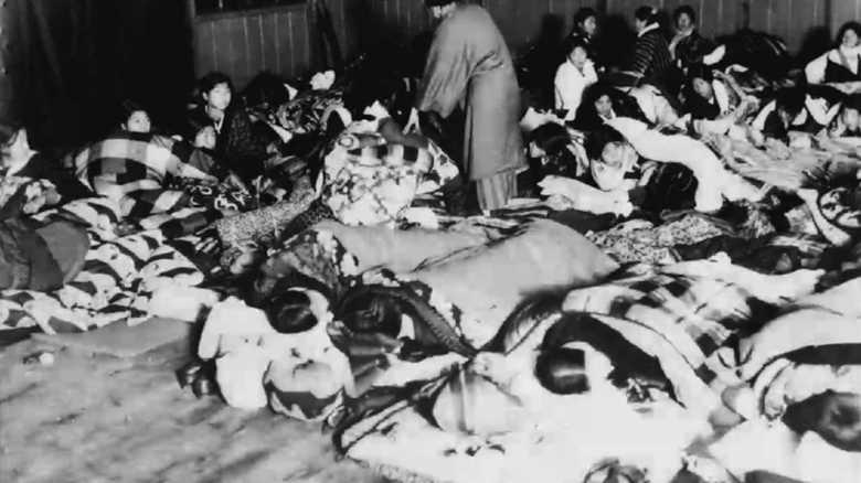 床に布団を敷いて雑魚寝…昭和5年の避難所写真が今と変わらない理由