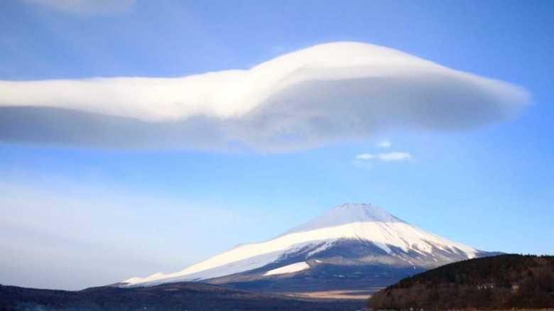 スプーンみたい!? 富士山を覆う巨大雲に騒然 「つるし雲」は、なぜできる?