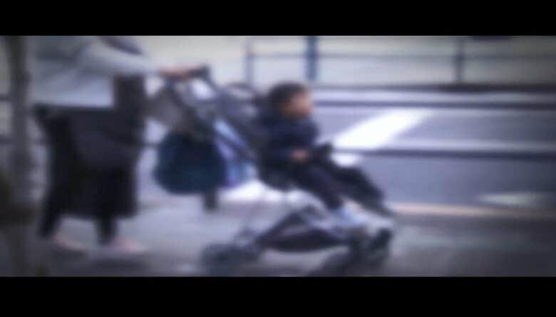 """""""乗せたまま持ち上げ""""ベビーカーから乳児が転落し重傷…エレベーターがない駅の階段で正しい使い方は"""