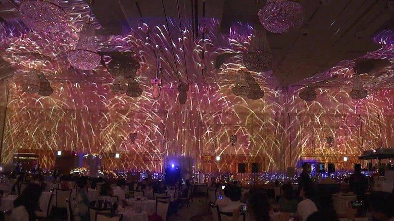ホテルの宴会場全面に広がる「打ち上げ花火」…コロナ禍の「夏祭り」 縁日のコーナーも