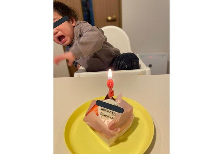2歳の誕生日祝いでまさかの大号泣…ろうそくの火が怖かった?可愛いビビりっぷりに大反響