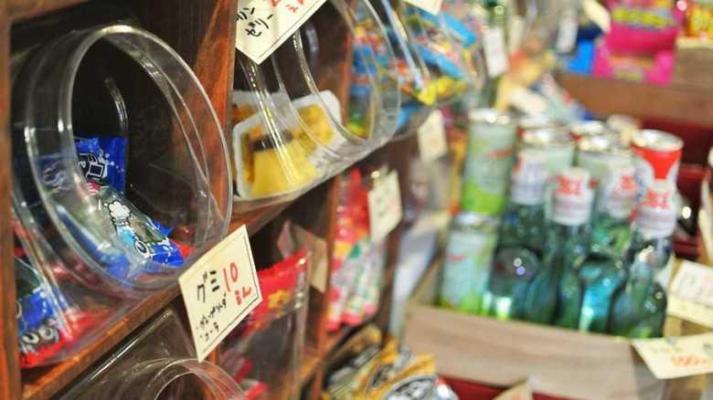 """平成の間に懐かしの「駄菓子」が消えた...このままなくなってしまう? """"駄菓子屋ハンター""""に聞いた"""
