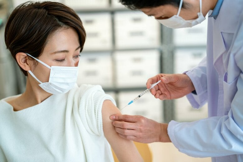 なぜワクチン接種は注射が多い? 痛みの少ない鼻スプレーや貼るタイプも研究が進む