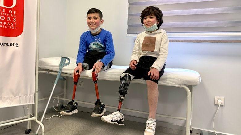 """シリア内戦10年 手足を失った難民に""""3D""""最新技術がもたらす希望"""