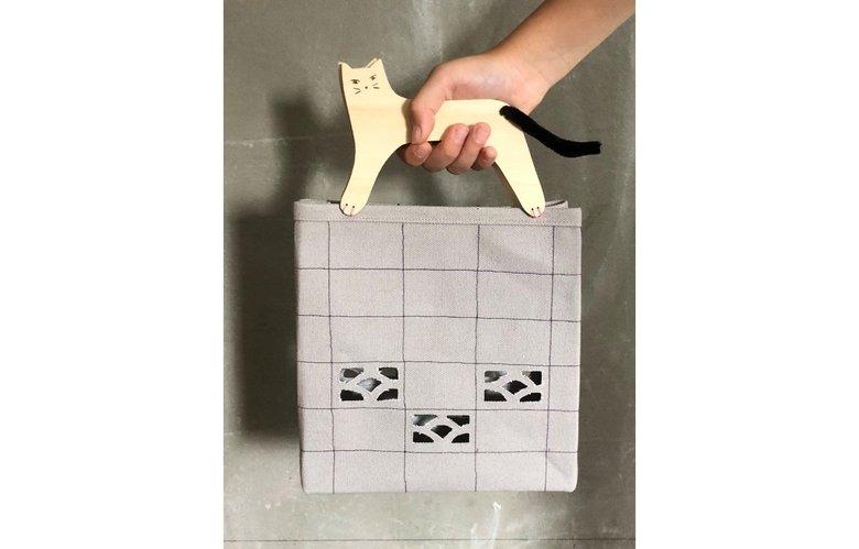 娘の絵を再現した「ブロック塀のネコ」バッグが素敵! 愛情たっぷりの他の作品も見せてもらった