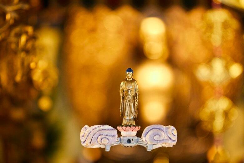 """宙に浮く""""ドローン仏""""が神々しい…製作したのは仏師「思った以上にお迎え感がある」"""
