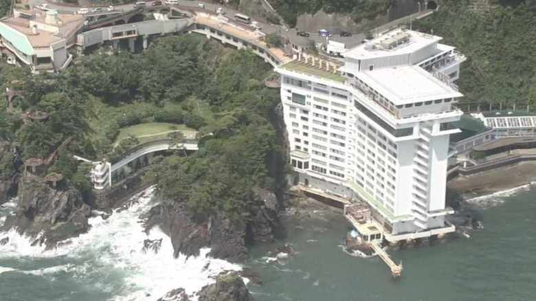 """ホテルの窓を破り、海の家も襲った台風12号。""""想定外の高波""""が発生した4つの理由"""
