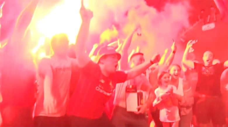 南野所属のリバプールVに燃えた夜! 無観客試合のはずが喜びを抑えきれず街に飛び出す人々も