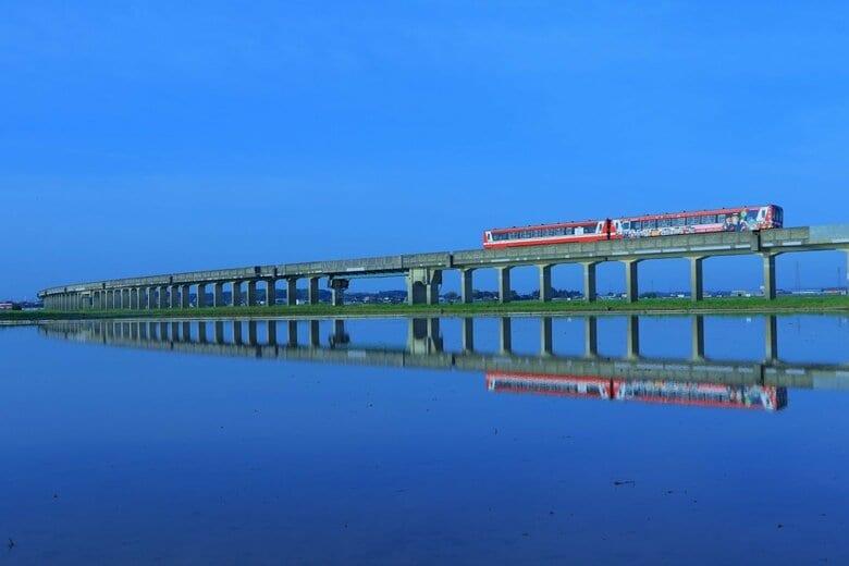 """列車が田んぼの水面に映る""""この時期だけ""""の風景が美しい…見られるのはいつ頃まで?鹿島臨海鉄道に聞いた"""