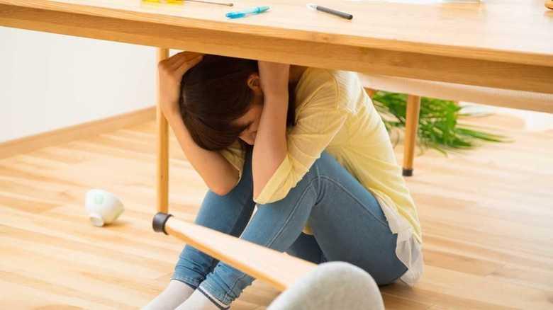 「まずは机の下に潜る」…日本の防災教育は間違いだらけだった!?