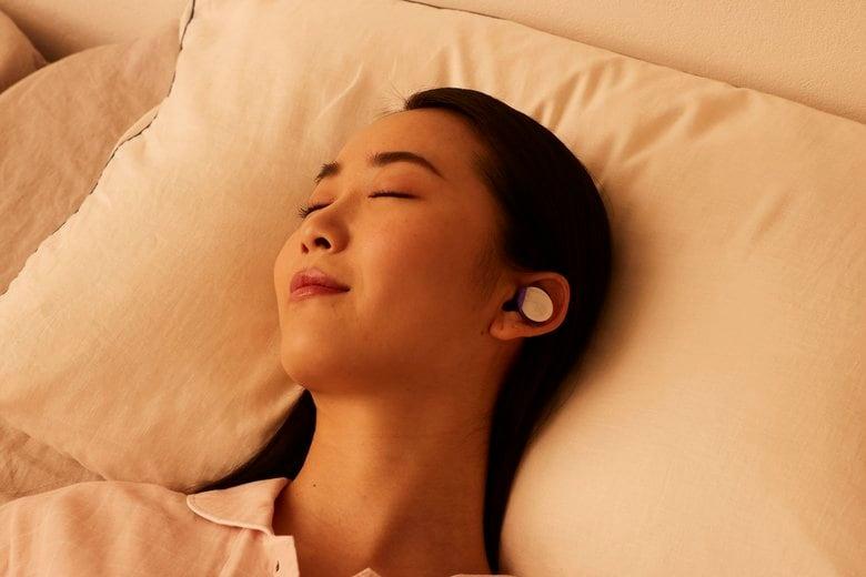 """「温かい耳栓」新発想の""""安眠グッズ""""に大反響…耳を温めると眠くなる理由を小林製薬に聞いた"""