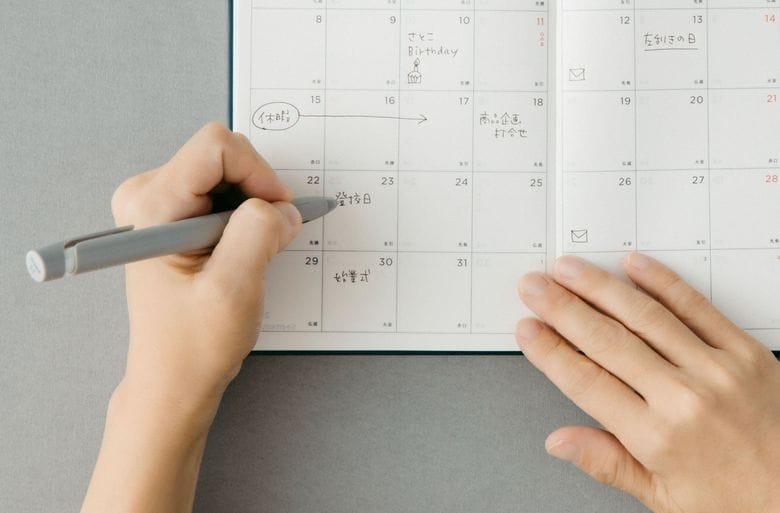 """左手で書く人に優しい「左ききの手帳2022」が発売…""""日付は右上""""書きやすい工夫を聞いた"""